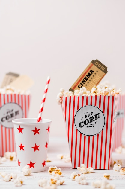 Stervorm het drinken glazen met stro en popcorndoos tegen witte achtergrond Gratis Foto