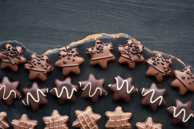Stervormige chocolaatjes op donkere houten tafel Premium Foto