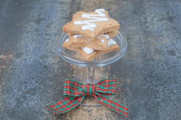 Stervormige peperkoekkoekjes op glas versierd met lint. hoge kwaliteit foto Gratis Foto