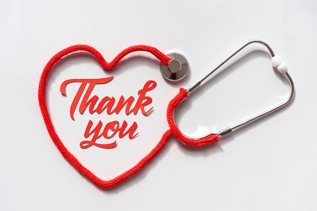 Stethoscoop die hart met zijn koord vormt. dank je wel dokter en verpleegkundigen en medisch personeel. gezondheidszorg concept. Premium Foto