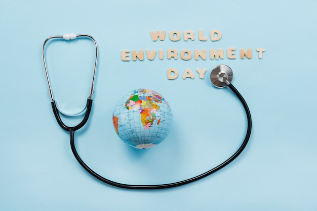 Stethoscoop en aardeplaneet op blauwe achtergrond Gratis Foto