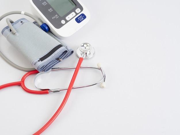 Stethoscoop en automatische bloeddrukmeter Premium Foto