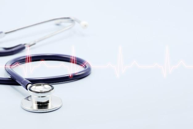 Stethoscoop en cardiogram geïsoleerd op lichtblauw oppervlak Premium Foto