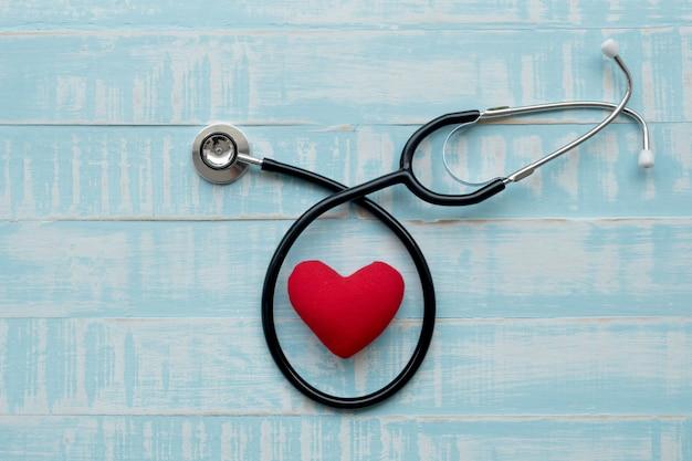 Stethoscoop en rood hart hart check.concept gezondheidszorg. Premium Foto