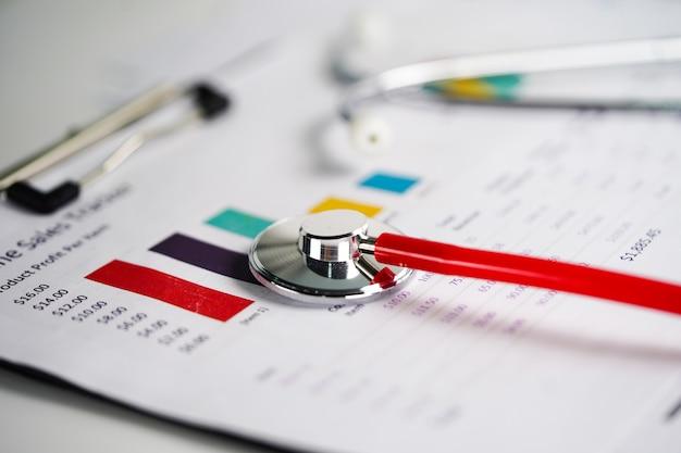 Stethoscoop, grafieken en grafieken spread sheet paper Premium Foto