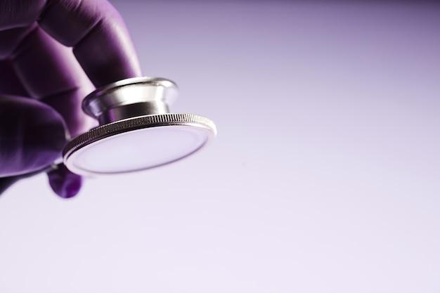 Stethoscoop in de handen van een arts met handschoenen Premium Foto