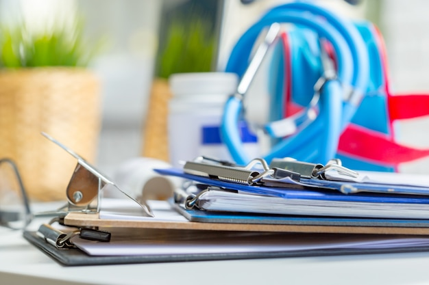 Stethoscoop liggend op medische vorm op klembord Premium Foto