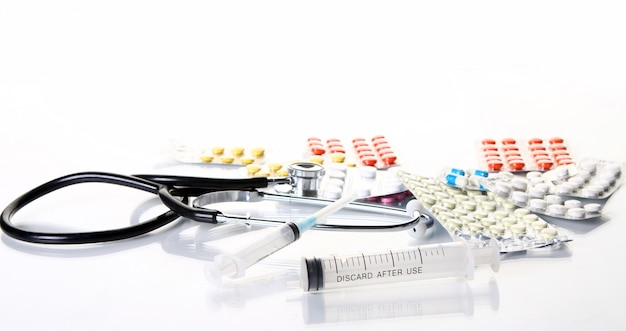 Stethoscoop met verschillende farmaceutische spullen Gratis Foto
