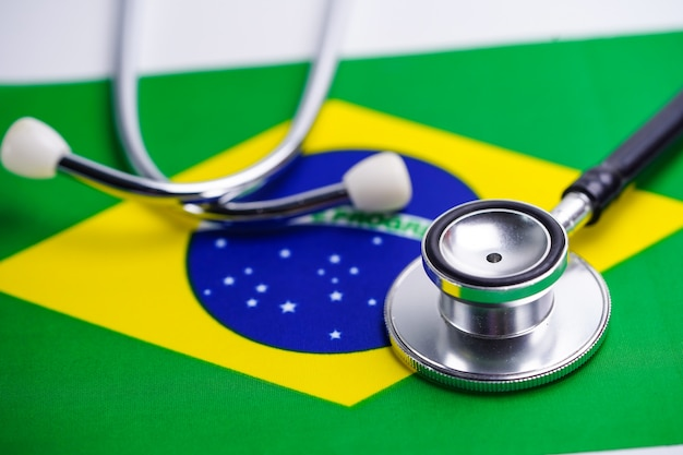 Stethoscoop met vlag van brazilië. Premium Foto