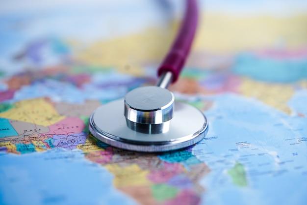 Stethoscoop op afrika wereldbol kaart achtergrond. Premium Foto