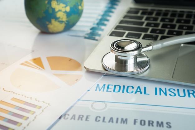 Stethoscoop op computer met testresultaten op de achtergrond van de spreekkamer en rapportgrafiek voor medisch Premium Foto