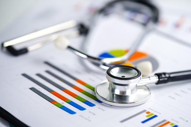 Stethoscoop op grafiek Premium Foto