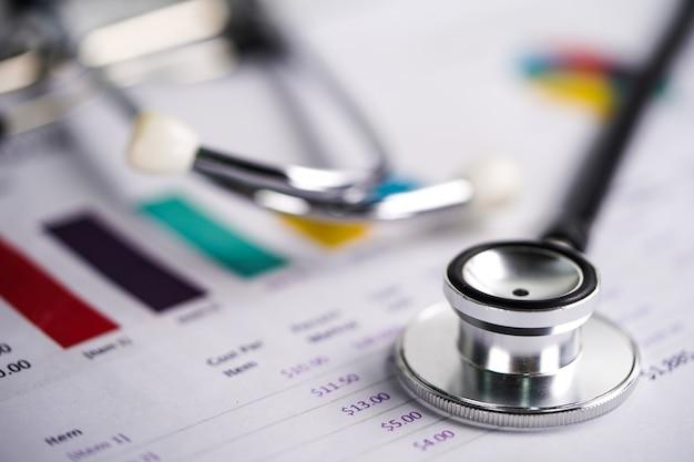 Stethoscoop op grafieken en grafiekenspreadsheet-document. Premium Foto