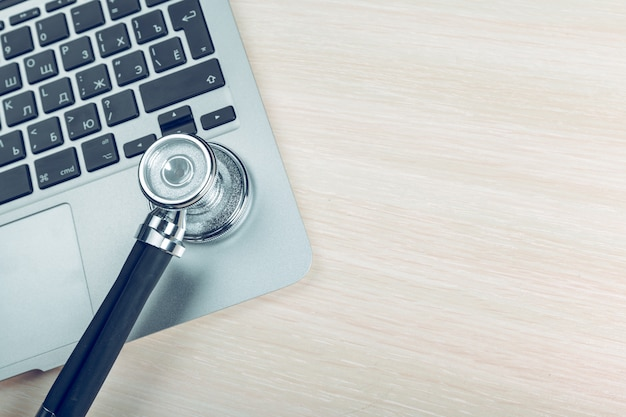 Stethoscoop op laptop, close-up Premium Foto