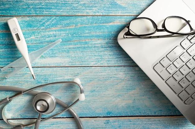 Stethoscoop op laptop op tafel. object voor dokter en technologie Premium Foto