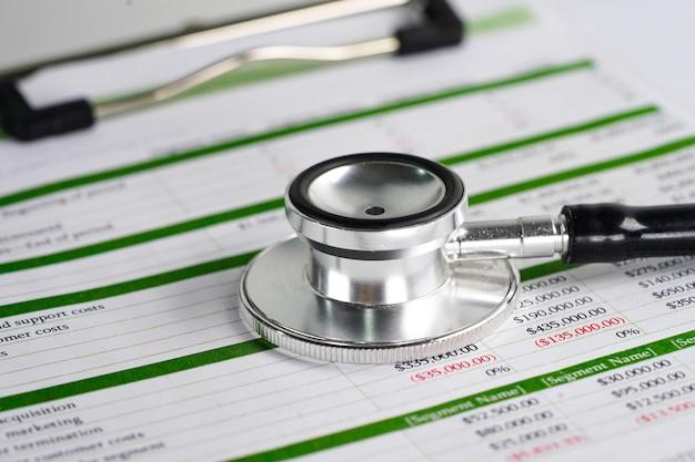 Stethoscoop op spreadsheetpapier Premium Foto