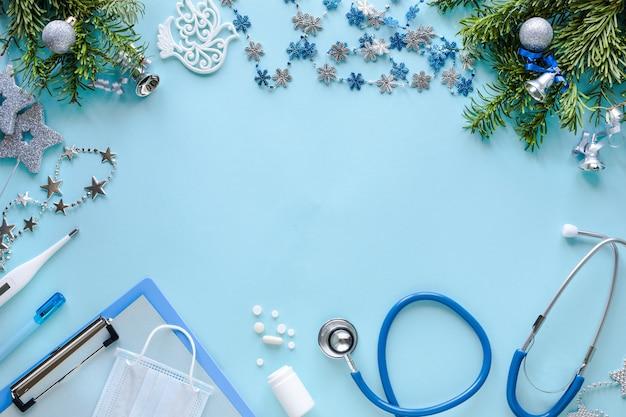 Stethoscoop, thermometer, leeg klembord en kerstversieringen Gratis Foto