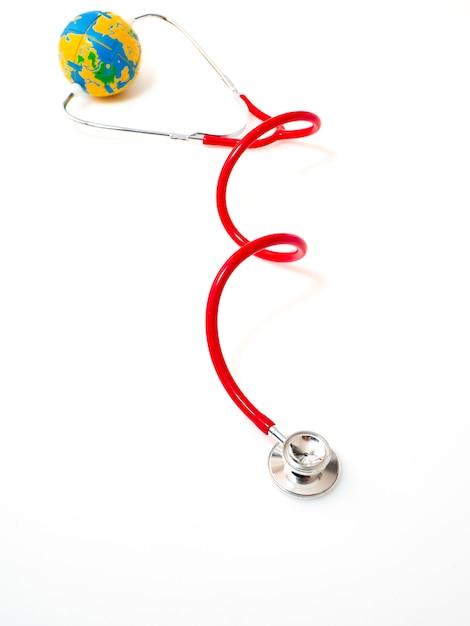 Stethoscooprood met bol op witte achtergrond Premium Foto