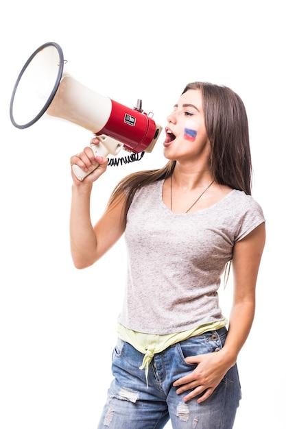 Steun rusland. schreeuw op megafoon russische vrouw voetbalfan in spel ter ondersteuning van het nationale team van rusland op witte achtergrond. voetbalfans concept. Gratis Foto