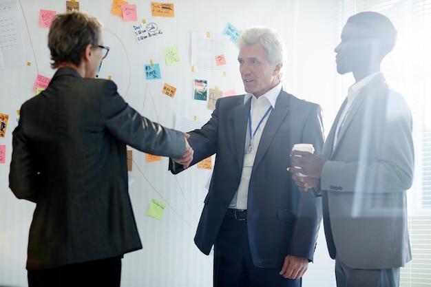 Stevige handdruk van zakenpartners Gratis Foto