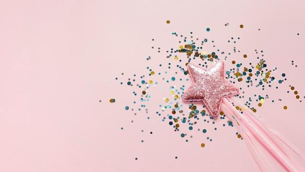 Stick met roze ster en glitter bovenaanzicht Gratis Foto