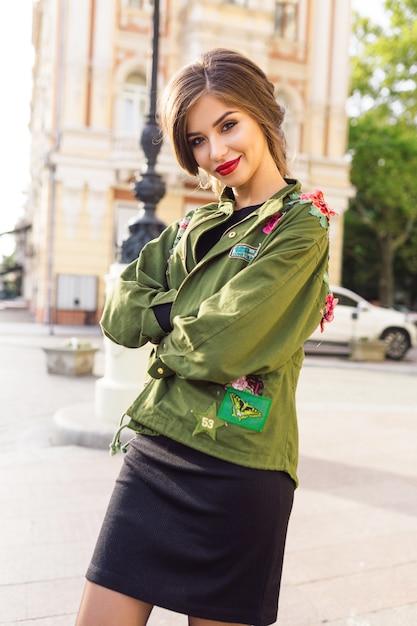 Stijl prachtige vrouw loopt op straat in stijl outfit Gratis Foto