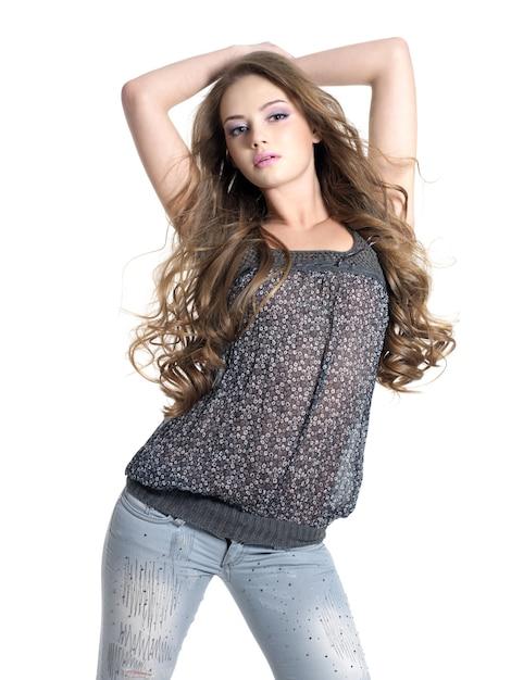 Stijlvol en glamour jonge mooie vrouw poseren in studio geïsoleerd op wit. Gratis Foto