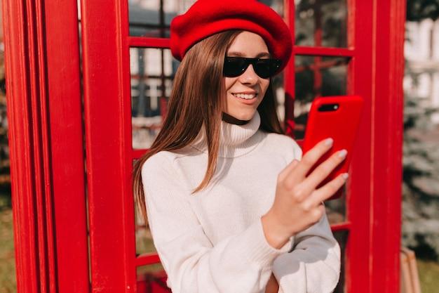 Stijlvol fantastisch europees meisje met lang haar dat franse baret draagt Gratis Foto