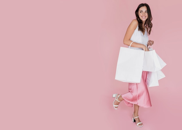 Stijlvol meisje met veel winkelnetten Gratis Foto