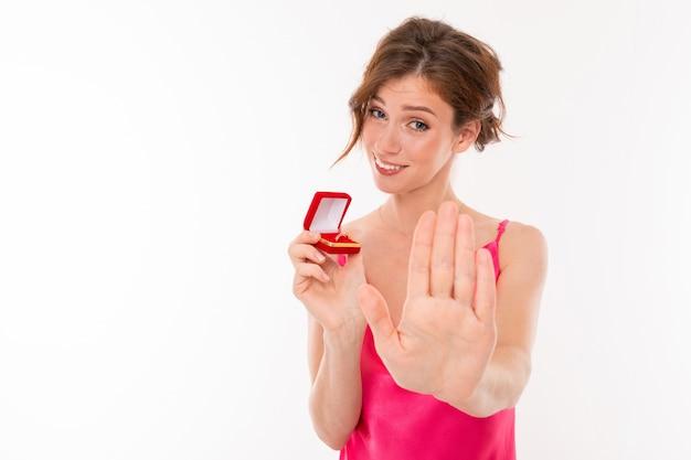 Stijlvol meisje verwerpt het voorstel om te trouwen, houdt een trouwring in haar handen Premium Foto