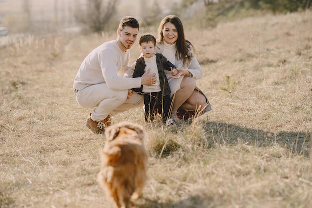 Stijlvolle familie lopen op een zonnig veld Gratis Foto