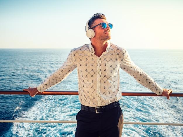 Stijlvolle, jonge man op het dek Premium Foto