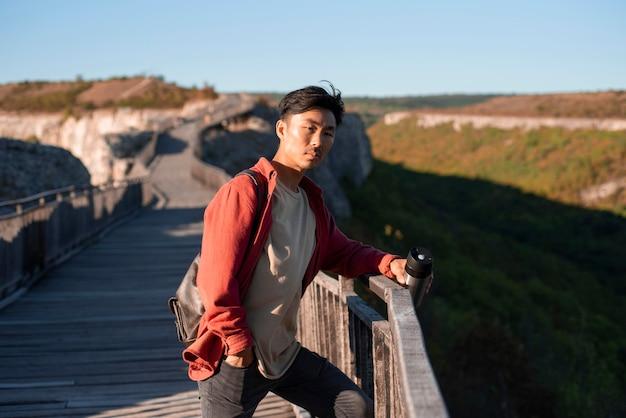 Stijlvolle jongeman genieten van reis Gratis Foto