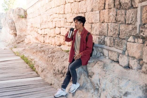 Stijlvolle jongeman genieten van reis Premium Foto