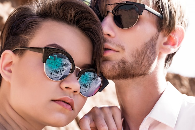 Stijlvolle jongen en meisje in zonnebril Premium Foto