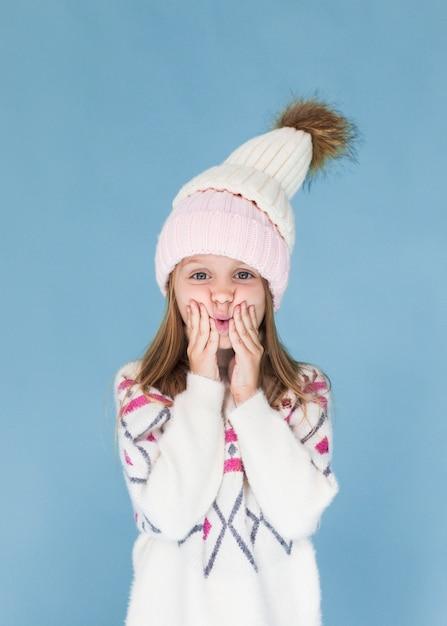 Stijlvolle kleine meisje winter gekleed Gratis Foto