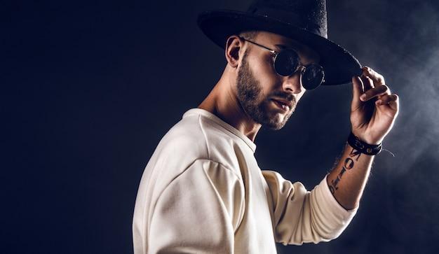 Stijlvolle man in hoed en zonnebril Premium Foto