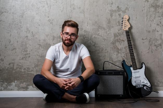 Stijlvolle man met een gitaar Premium Foto