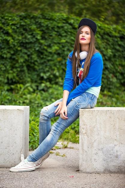 Stijlvolle meisje buiten poseren Gratis Foto