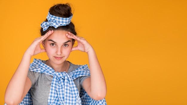 Stijlvolle meisje denken met kopie ruimte Gratis Foto