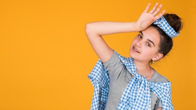 Stijlvolle meisje poseren met kopie ruimte Gratis Foto