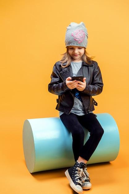 Stijlvolle meisje selfie te nemen Premium Foto