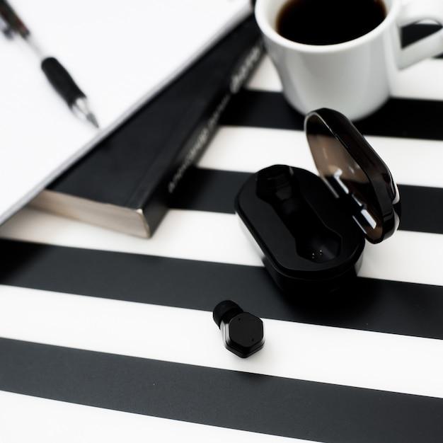Stijlvolle minimalistische werkruimte met mock-up notebook, potlood, kopje koffie, draadloos oor Premium Foto