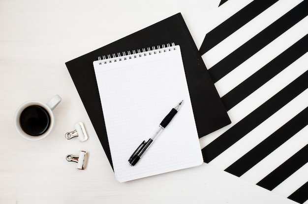 Stijlvolle, minimalistische werkruimte met notitieblok, potlood en een kop koffie Premium Foto