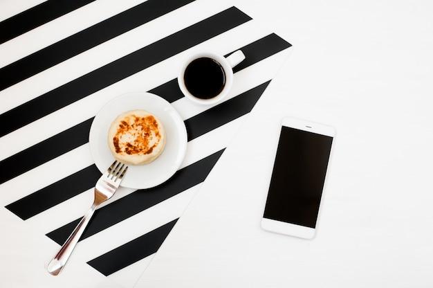 Stijlvolle, minimalistische werkruimte met smartphone-mock-up, boek, notitieboekje, potlood, kopje koffie Premium Foto