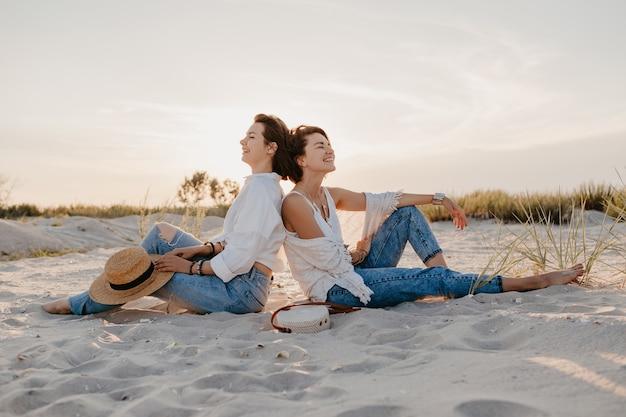 Stijlvolle mooie vrouwen op zomervakantie op het strand, bohemien stijl, plezier maken Gratis Foto