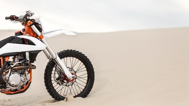 Stijlvolle motorfiets geparkeerd in de woestijn Premium Foto