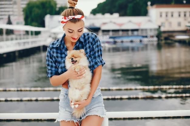 Stijlvolle pin-up meisje met de kleine hond Gratis Foto