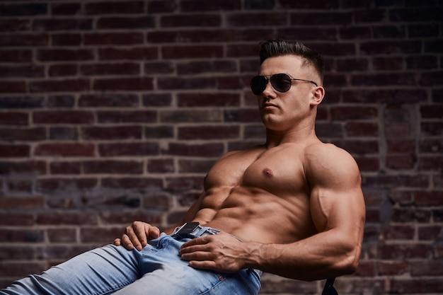 Stijlvolle sportieve man in denim kleding. Premium Foto