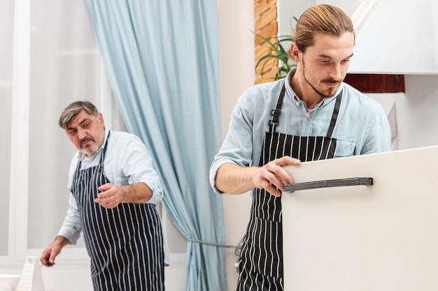 Stijlvolle vader en zoon koken Gratis Foto